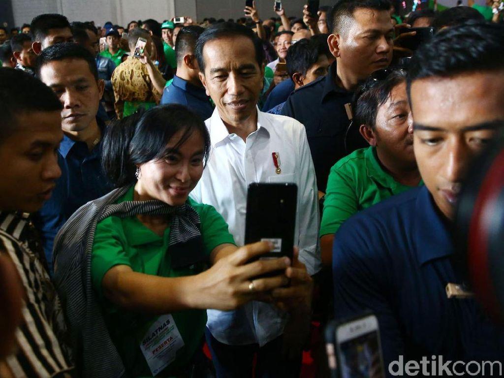 Para driver online berfoto dengan Jokowi.