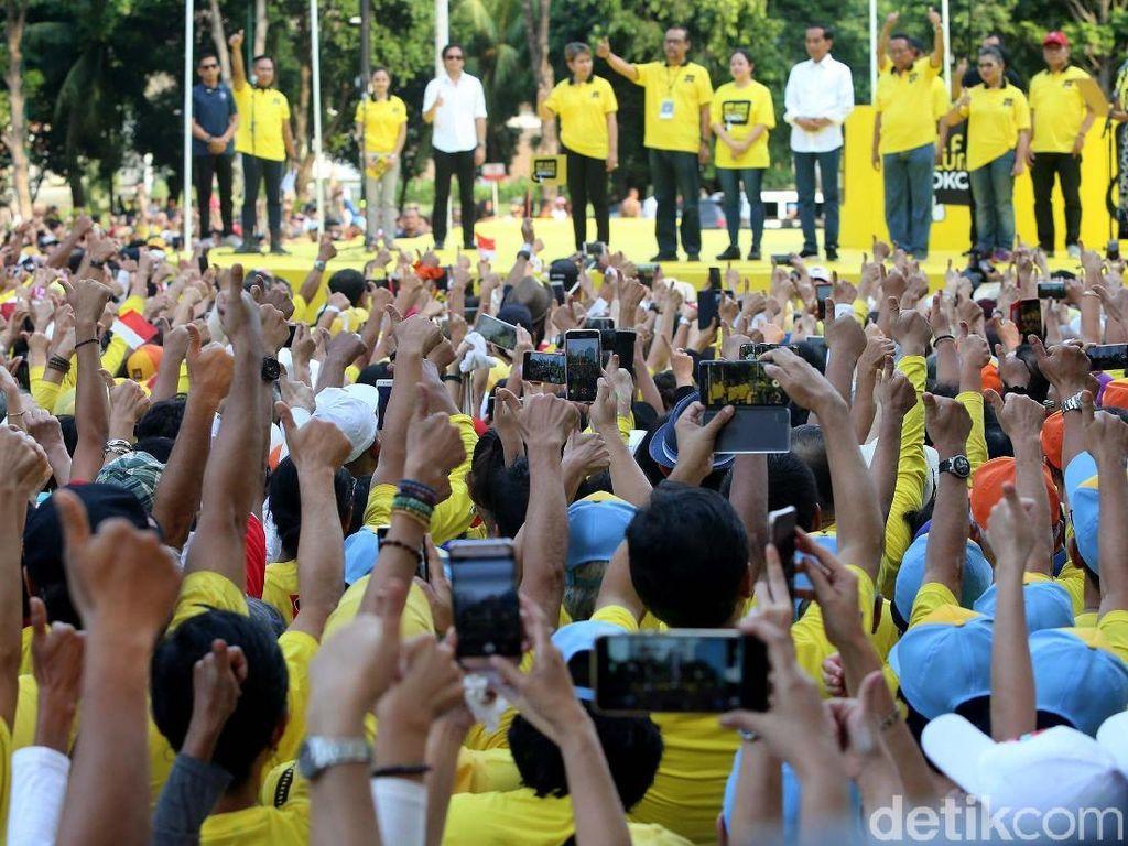 Jokowi disambut meriah para peserta.