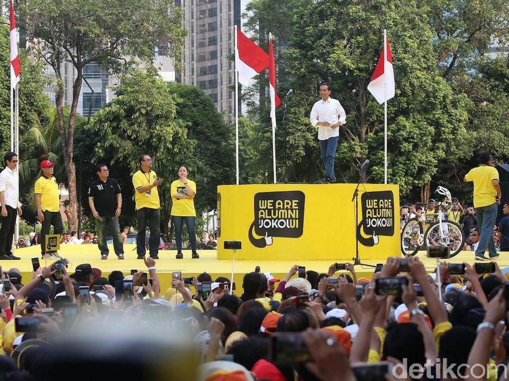 Jokowi naik ke panggung acara.