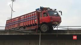 VIDEO: Truk 'Menggantung' di Jalan Layang Tol Slipi