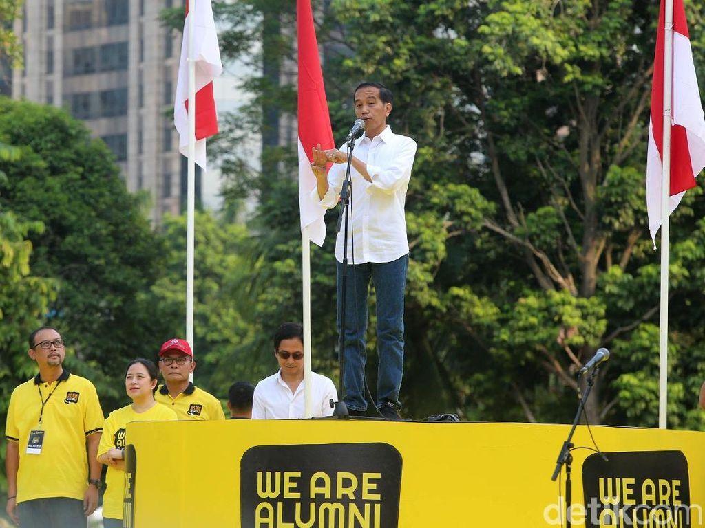 Presiden Joko Widodo (Jokowi) berpidato di acara deklarasi dukungan alumni dari sejumlah universitas di plaza tenggara GBK Senayan, Jakarta, Sabtu (12/1/2019) pukul 16.00 WIB.