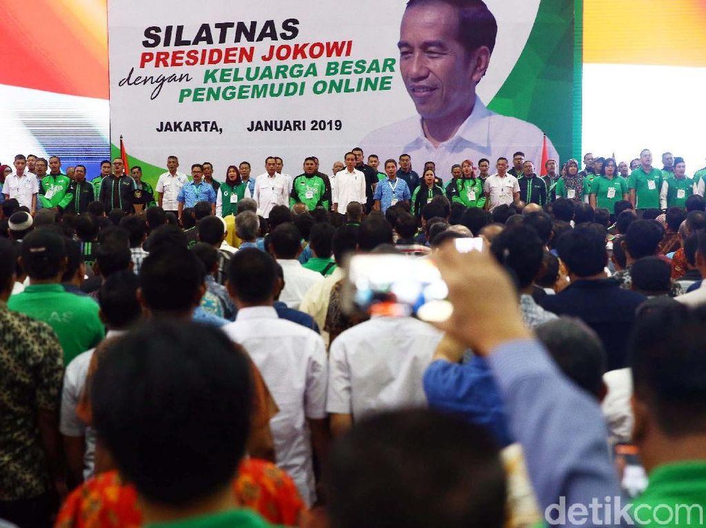Presiden Joko Widodo (Jokowi) memuji profesi pengemudi transportasi online. Dia mengaku jengkel jika ada yang meremehkan profesi tersebut.