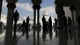 Masjid seluas 12 hektar ini didaulat menjadi mesjid dengan kubah terbesar di dunia ini bisa menampung 41 ribu jemaat dan 8 ribu umat di aula utamanya. (REUTERS/Suhaib Salem)