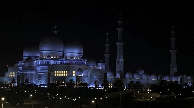Karpet seluas 5.625 meter persegi yang digunakan di masjid ini dibuat dari 2.268 juta simpul itu juga jadi yang terbesar di dunia. Karpet itu dibuat oleh 1.200 pengrajin karpet Iran menggunakan 35 ton wol dan 12 ton katun.(REUTERS/Suhaib Salem)