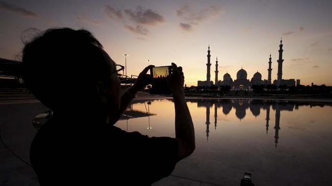 Masjid Agung Syekh Zayed di Abu Dhabi, Uni Emirat Arab adalah mesjid ketiga terbesar di dunia setelah Masjid al-Haram di Mekah dan Masjid an-Nabawi yang didirikan Nabi Muhammad di Madinah, Arab Saudi. (REUTERS/Hamad I Mohammed)
