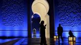Masjid ini diberi nama sesuai dengan pendiri dan presiden pertama Uni Emirat Arab, Sheikh Zayed bin Sultan Al Nayan. Ia meninggal tiga tahun sebelum masjid selesai pada 2007. Sang pelopor pun dimakamkan di masjid ini.(Andrew Caballero-Reynolds/Pool via Reuters)