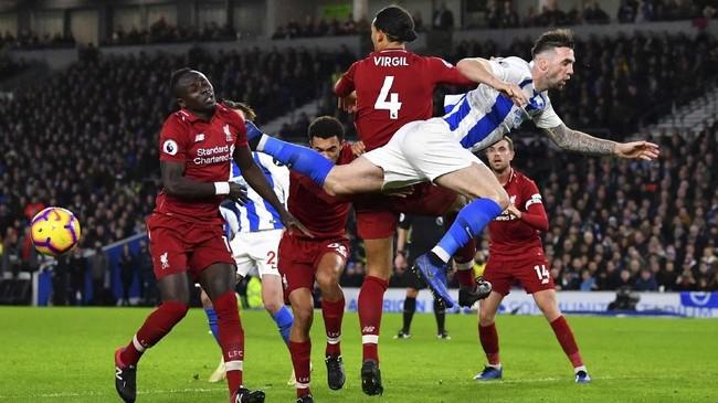 Albion meladeni Liverpool dengan sengit. Pada babak pertama tidak ada gol tercipta kendati The Reds menguasai pertandingan. (REUTERS/Dylan Martinez)