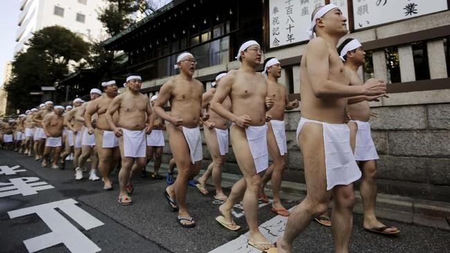 Para pria bersiap berendam di pemadian Teppozu Inari, Tokyo, Jepang.
