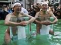 FOTO: Ritual Menyucikan Diri dalam Air Es di Jepang