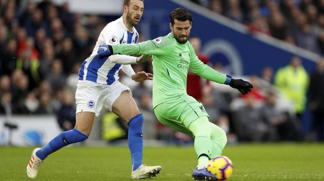 Penjaga gawang Liverpool Alisson Becker menjaga penguasaan bola dari ujung tombak Brighton Glenn Murray. (Action Images via Reuters/Paul Childs)