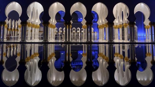 Bagian dalam masjid dihias dengan marmer dari Yunani dan Italia, emas, kristal, keramik, dan batu-batuan seperti lazuli, batu akik merah, kecubung, kulit kerang, dan nacre. (Andrew Caballero-Reynolds/Pool via Reuters)
