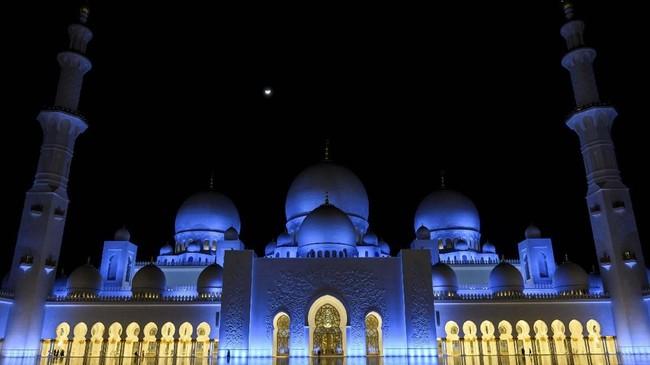 Biaya proyek pembangunan masjid ini menelan biaya Rp9,5 triliun (2,5 dirham Uni Emirat Arab). Pembangunannya melibatkan 38 perusahaan konstruksi dan 3.500 pekerja. (Andrew Caballero-Reynolds/Pool via Reuters)