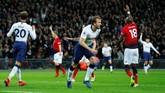 Penyerang Tottenham Harry Kane sempat menggetarkan gawang Man United pada menit ke-31, tapi wasit Mike Dean menganulir gol tersebut setelah Kane dalam posisi offside saat menerima umpan Dele Alli. (REUTERS/Eddie Keogh)