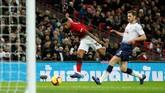 Man United kemudian unggul pada menit ke-44 melalui gol Marcus Rashford setelah menerima umpan terobosan dari Paul Pogba. (Reuters/John Sibley)