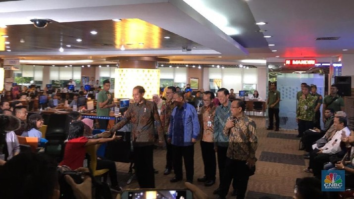 Jokowi meninjau lokasi layanan konsultasi Online Single Submission (OSS) BKPM.