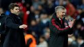 Ole Gunnar Solskjaer merayakan kemenangan Man United atas Tottenham dengan Mauricio Pochettino berada di belakangnya. Man United tetap di posisi enam dengan 41 poin, tapi hanya kalah selisih gol dari Arsenal. (REUTERS/Eddie Keogh)