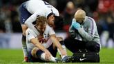 Harry Kane dihibur Son Heung-min saat menerima perawatan medis usai Tottenham dikalahkan Man United 0-1. Kane melakukan tujuh usaha tembakan ke gawang David De Gea, tapi gagal membuahkan hasil. (Reuters/John Sibley)