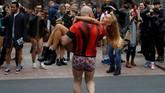 Bersenang-senang dan bergembira adalah tujuan akhir acara tahunan yang mengedepankan unsur kebodohan ini. (REUTERS/Peter Nicholls)