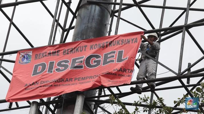 Langgar Aturan, Sejumlah Reklame di Jakarta Disegel Petugas