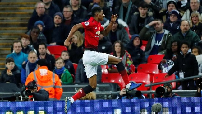 Penyerang Man United Marcus Rashford merayakan gol ke gawang Tottenham. Skor 1-0 untuk tim tamu bertahan hingga akhir babak pertama. (REUTERS/Eddie Keogh)