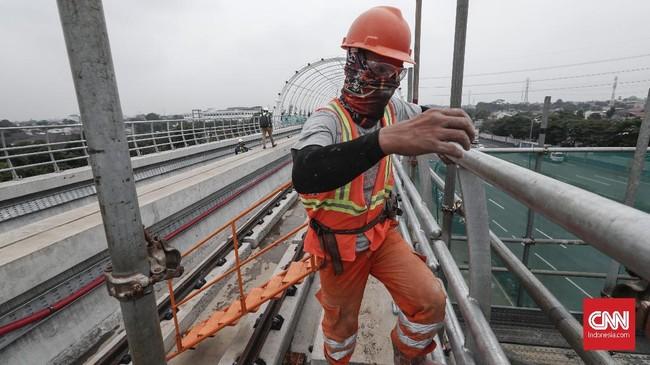 LRT Jabodebek dibangun dengan konstruksi elevated track (jalur kereta api layang). (CNNIndonesia/Safir Makki).