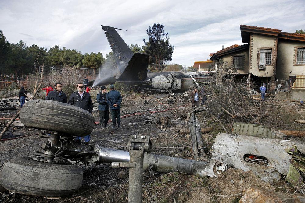 Kecelakaan tersebut terjadi di saat pesawat akan didaratkan dan melewati landasan lalu menabrak bangunan permukiman penduduk.