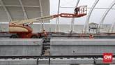 Pembangunan LRT Jabodebek Fase I ditargetkan rampung dan beroperasi melayani penumpang secara komersial pada akhir 2020 atau paling lambat pertengahan 2021. (CNNIndonesia/Safir Makki).