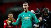David De Gea merayakan kemenangan Man United atas Tottenham. Kiper asal Spanyol itu layak dianggap sebagai penentu kemenangan Man United atas Tottenham. (REUTERS/Eddie Keogh)