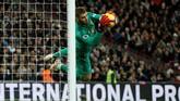 Di babak kedua Tottenham memiliki banyak peluang untuk mencetak gol. Tapi, penampilan gemilang David De Gea membuat gawang Man United tidak kebobolan. (Reuters/John Sibley)