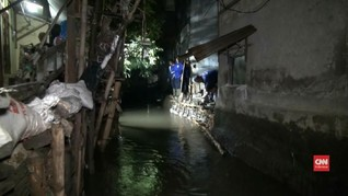 VIDEO: Tanggul Jebol, Air Genangi Rumah Warga di Pasar Minggu