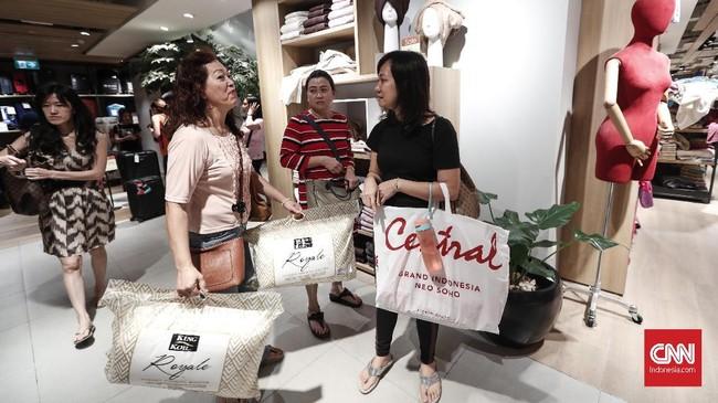 Meski menawarkan diskon besar, sebagian pengunjung mengeluh harga yang ditawarkan masih mahal. (CNNIndonesia/Safir Makki)
