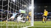 Pertandingan baru berjalan 10 menit, striker Manchester City Gabriel Jesus sudah mencetak gol ke gawang Wolverhampton Wanderers memanfaatkan assist dari Leroy Sane. (Reuters/Carl Recine)