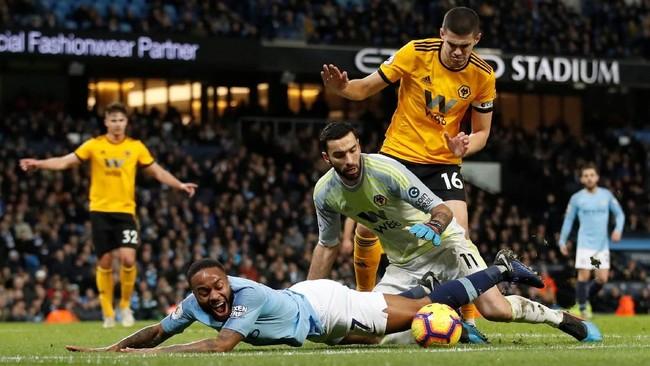 Penyerang Manchester City Raheem Sterlingdijatuhkan kiper Wolverhampton Wanderers Ryan Bennett di dalam kotak penalti sehingga wasit Craig Pawson menunjuk titik putih. (Reuters/Carl Recine)
