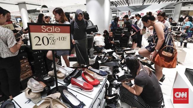 Sedangkan diskon untuk sepatu, tas, dan aksesoris diberikan mulai dari 15 persen. (CNNIndonesia/Safir Makki)