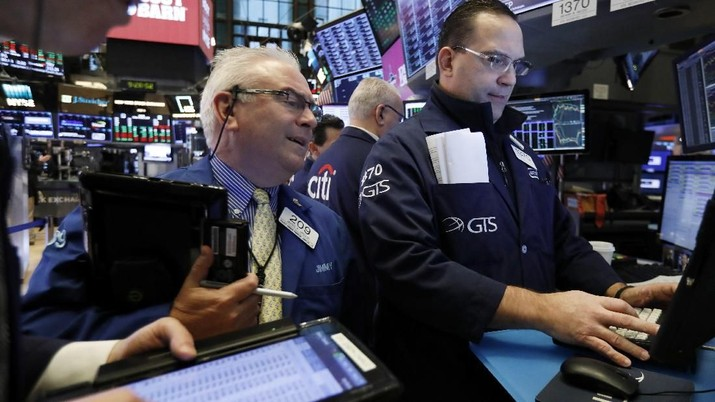 Trader James Dresch, center, and specialist Anthony Matesic, right, work on the floor of the New York Stock Exchange, Friday, Jan. 4, 2019. Stocks are jumping at the open on Wall Street Friday as investors welcome news of trade talks between the U.S. and China and a big gain in jobs in the U.S. (AP Photo/Richard Drew)