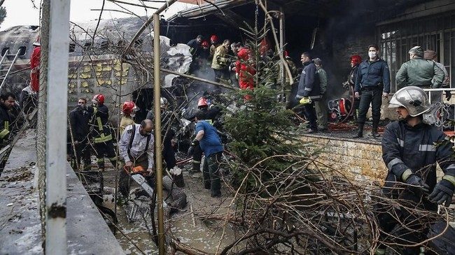 Pesawat itu keluar dari landasan saat mendarat dalam cuaca buruk. (Photo by HASAN SHIRVANI / various sources / AFP)