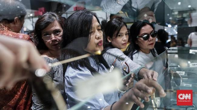 Diskon besar-besaran tersebut digelar mulai 14 Januari hingga 7 Februari 2019. Pengunjung pun sudah mulai memadati gerai sejak kemarin, Selasa (15/1).(CNNIndonesia/Safir Makki)