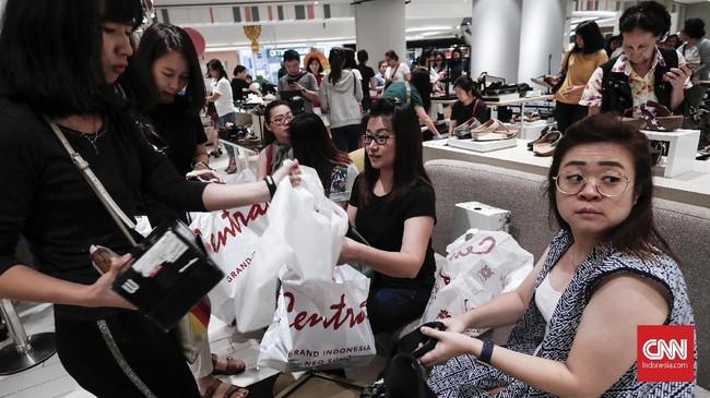 Kendati demikian, masih ada produk yang dijual dengan harga normal. Misalnya, masih ada harga baju yang dijual di atas Rp700 ribu. (CNNIndonesia/Safir Makki)