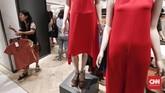 Untuk produk baju dan tas, mayoritas diskon yang diberikan berkisar 30-70 persen. (CNNIndonesia/Safir Makki)