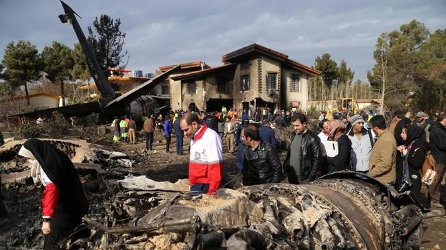 Pesawat itu lantas menabrak rumah susun dan terbakar. (Abbas Shariati/Tasnim News Agency).