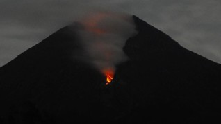 Gunung Merapi Dua Kali Luncurkan Lava Pijar