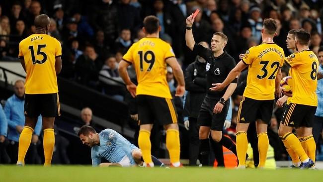 Bek Wolves Willy Boly mendapat kartu merah pada menit ke-19 setelah melakukan pelanggaran keras terhadap Bernardo Silva. (Reuters/Carl Recine)