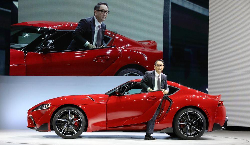 Presiden Toyota Motor Corporation Akio Toyodamemperkenalkan Toyota Supra 2020 saat gelaran North American International Auto Show di Detroit, Michigan, AS, (14/1/2018). Toyota merilisSupra generasi kelima yangmenandai kembalinya mobil yang vakum produksi sejak 2002 itu. (REUTERS / Brendan Mcdermid)