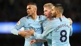 Kevin De Bruyne (tengah) bersamaDanilo dan Ilkay Gundogan merayakan gol penutup kemenangan Man City atas Wolves 3-0 melalui gol bunuh diri Conor Coady. (REUTERS/Jon Super)