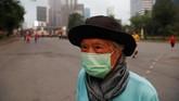 Masker kini menjadi buruan masyarakat Bangkok untuk menangkal polusi. Bahkan stok di sejumlah toko ludes karena diborong. (REUTERS/Soe Zeya Tun)