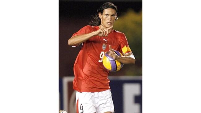 Edinson Cavani terlihat sangat kurus saat memperkuat timnas Uruguay U-20 melawan Paraguay, 16 Januari 2007. (JUAN MABROMATA / AFP)