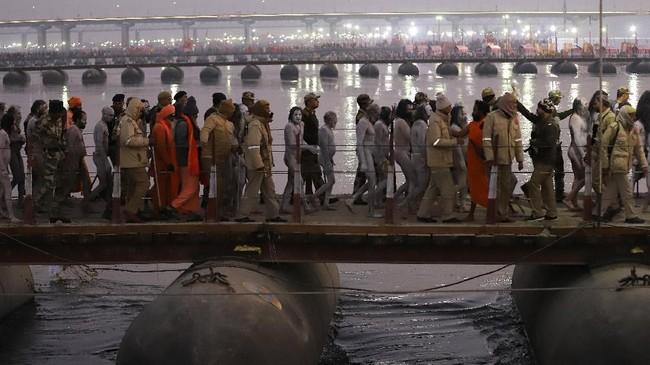 Sebagian menyebutkan negara memanfaatkan popularitas festival untuk kepentingan politik. (REUTERS/Jitendra Prakash)