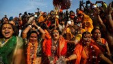 Sebagian lain memandang popularitas festival Kumbh Mela merupakan cara tepat untuk menambah devisa negara sekaligus memperkenalkan India dan agama Hindu. (REUTERS/Danish Siddiqui)