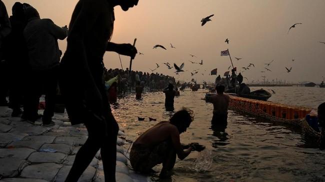 Kumbh Mela merupakan festival yang berakar dari tradisi agama Hindu yang menceritakan Dewa Wisnu merebut pot emas berisi nektar keabadian yang tadinya dibawa oleh setan. Seteru tersebut dikisahkan terlibat dalam pertarungan selama 12 hari. (REUTERS/Danish Siddiqui)