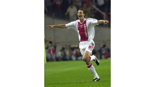 Zlatan Ibrahimovic ketika masih berseragam Ajax Amsterdam dan melawan Lyon pada ajang Liga Champions, 17 September 2002. Ketika itu Ibrahimovic masih kurang berotot. (PASCAL GEORGE / AFP)